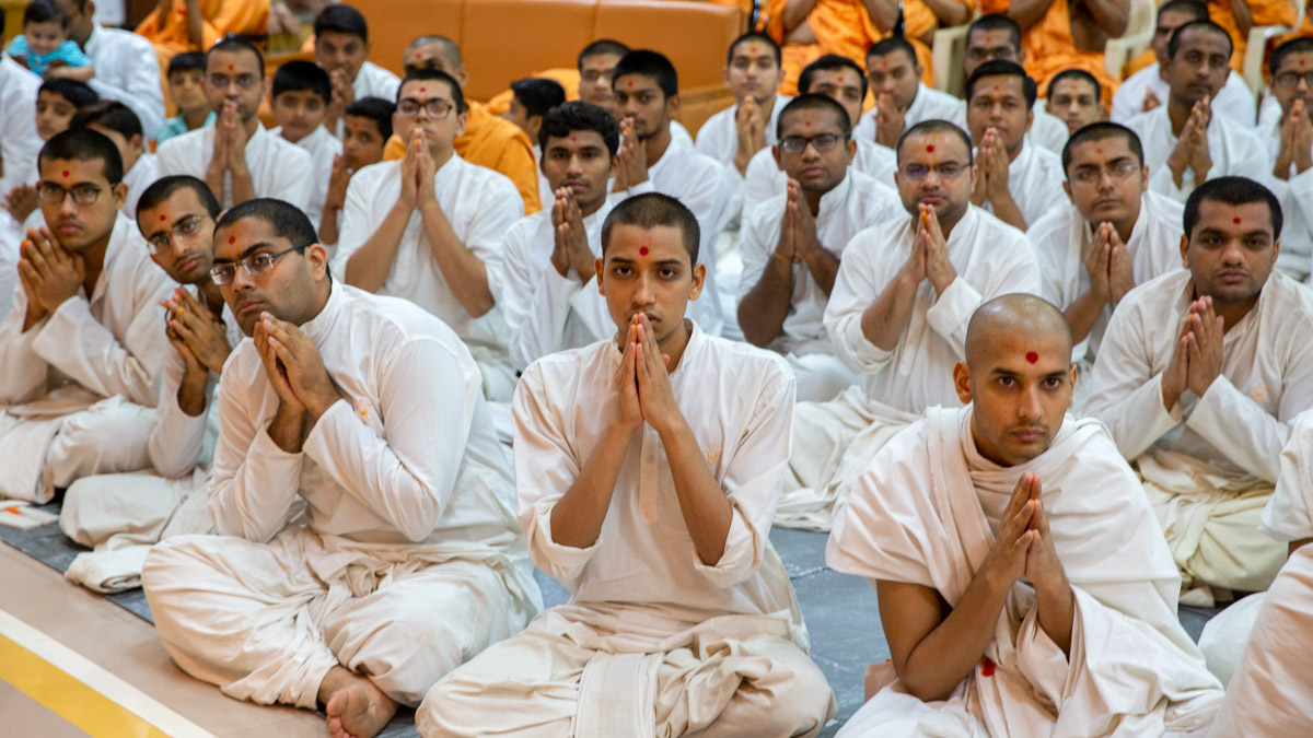 Parshads and sadhaks doing darshan of Swamishri