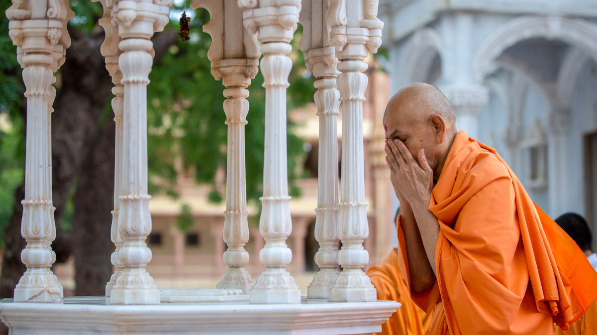 Swamishri engrossed in darshan of holy charanarvind of Bhagwan Swaminarayan in the evening