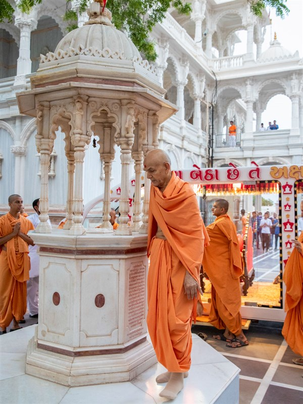 Swamishri performs pradakshina of holy charanarvind of Bhagwan Swaminarayan