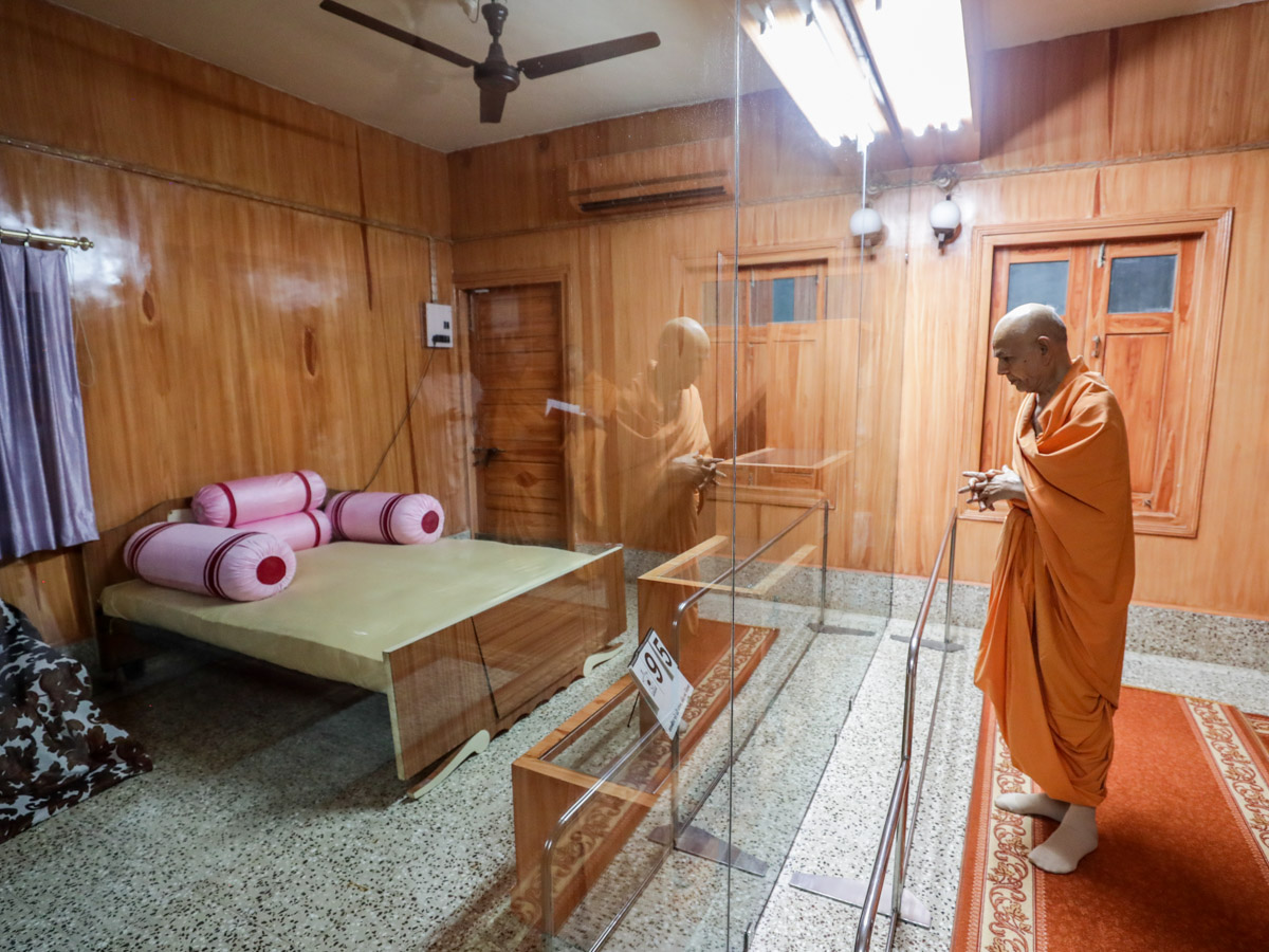 Swamishri doing darshan in the room of Brahmaswarup Pramukh Swami Maharaj