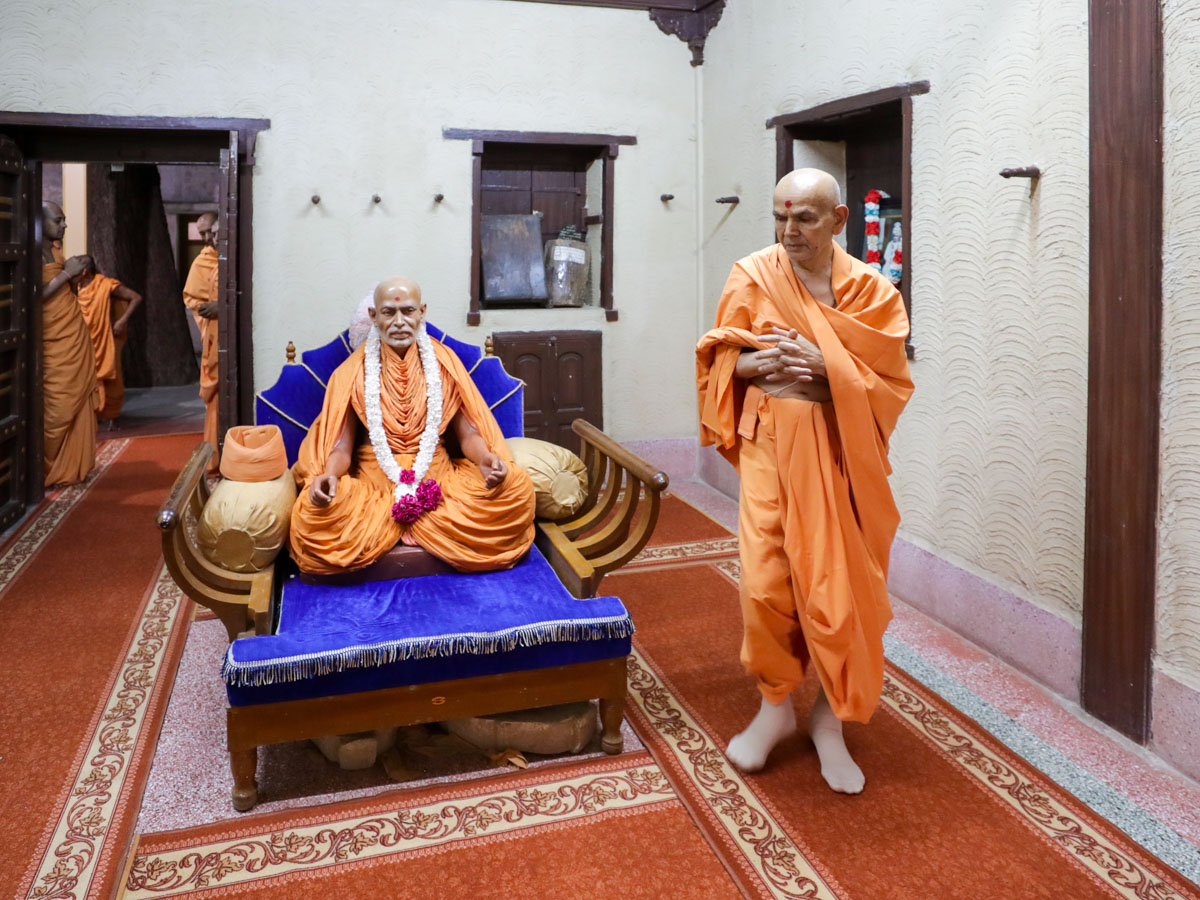 Swamishri performs pradakshina in the room of Brahmaswarup Shastriji Maharaj