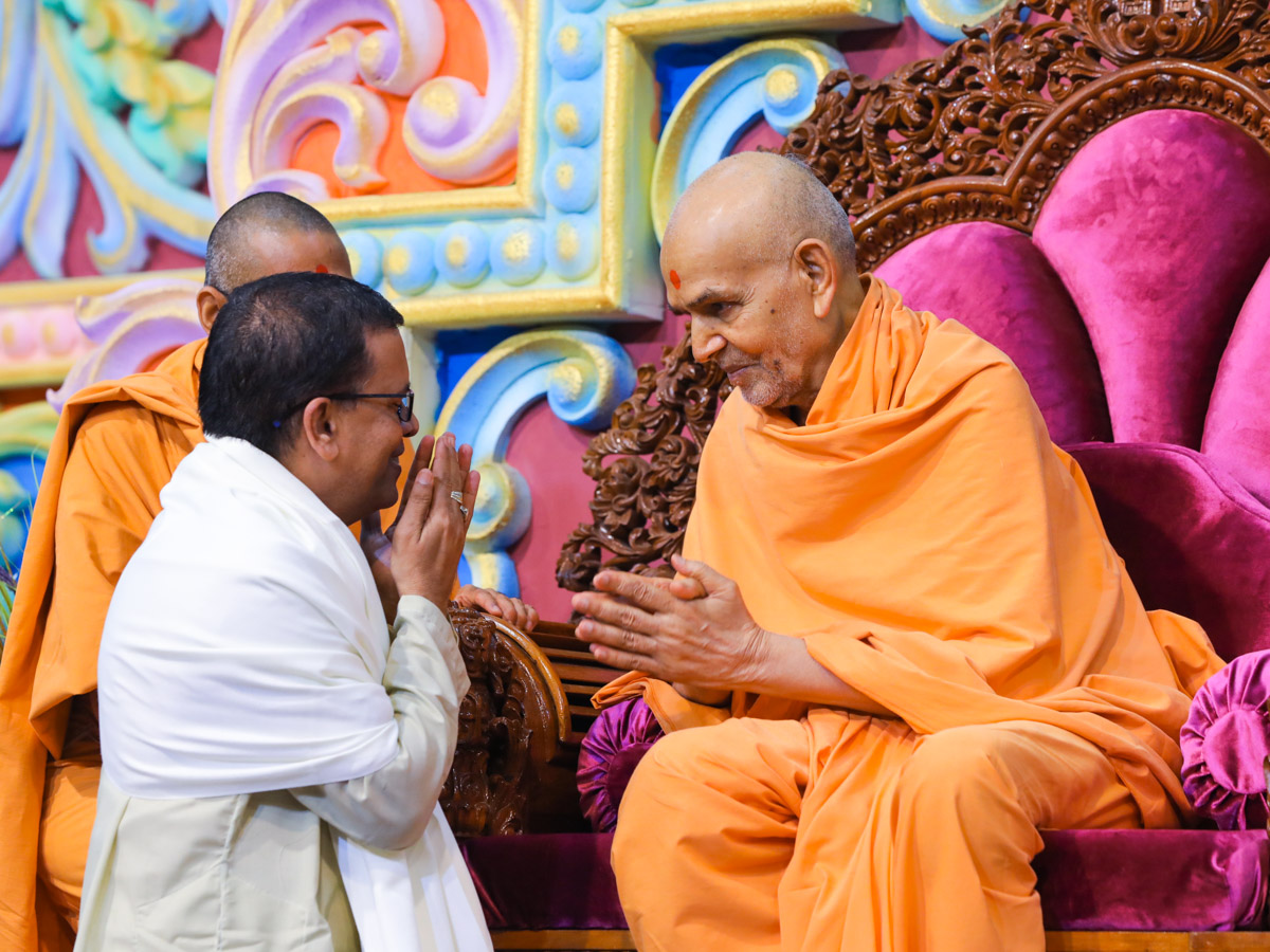 Swamishri blesses an invited guest