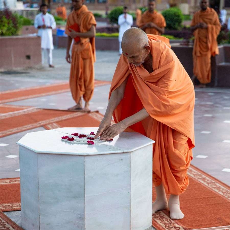 Swamishri engrossed in the darshan of holy charanarvind of Bhagwan Swaminarayan