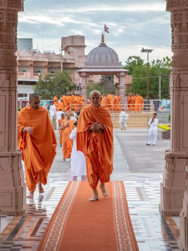 Swamishri arrives for darshan at Shri Yagnapurush Smruti Mandir