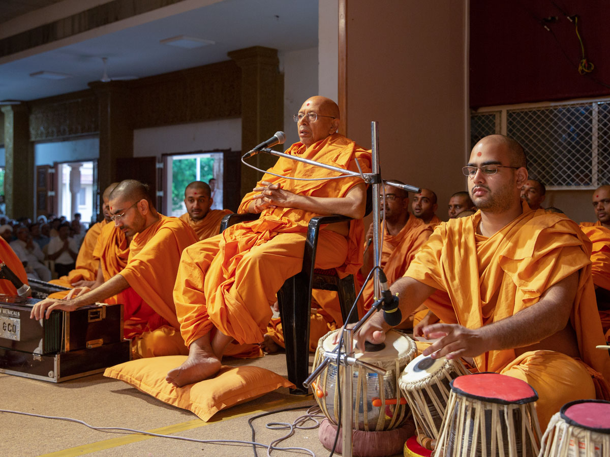Pujya Tyagvallabh Swami sings kirtans in Swamishri's morning puja