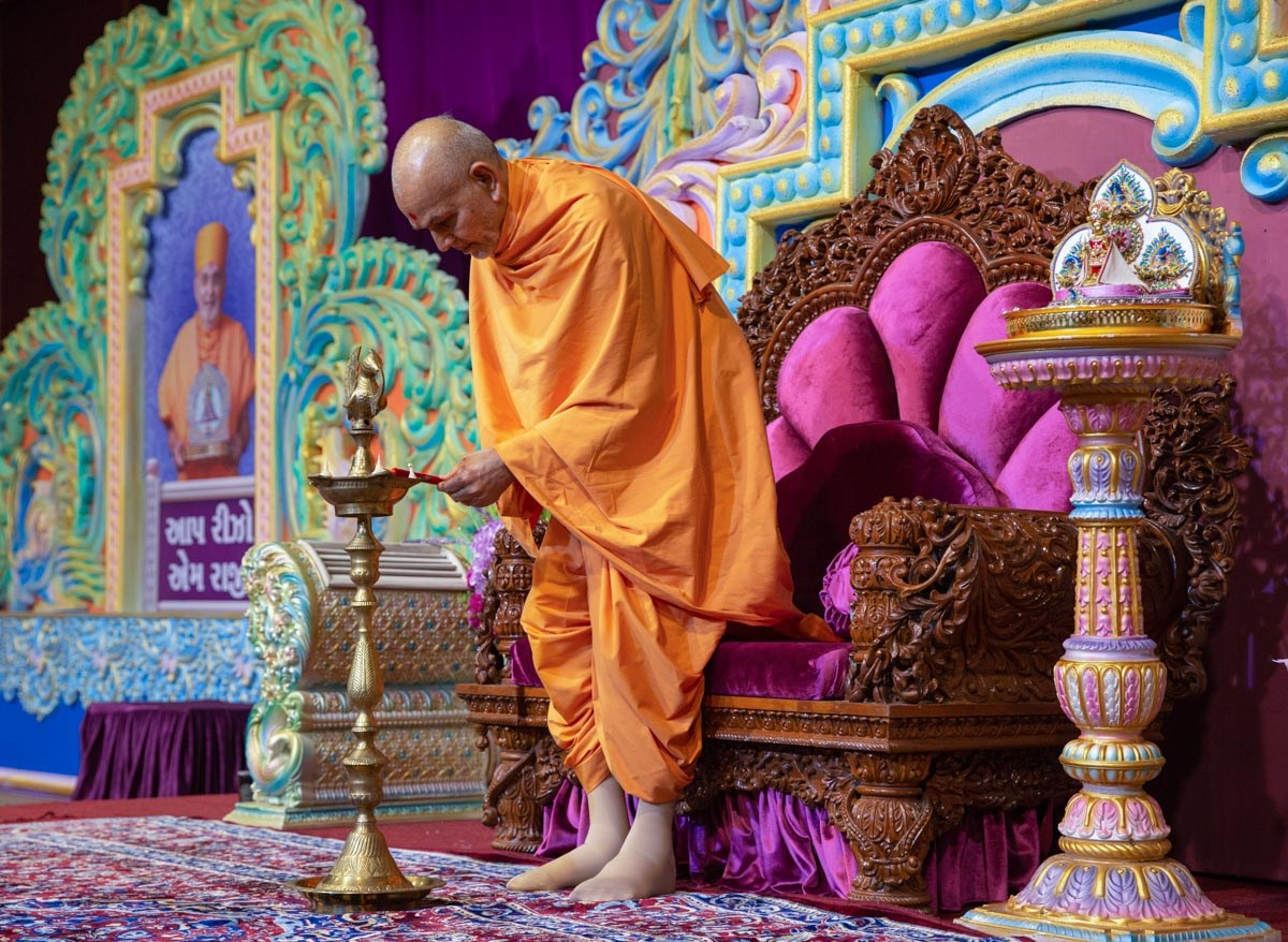 Swamishri lights the inaugural lamp of 'Sant Nirdeshak Shibir'
