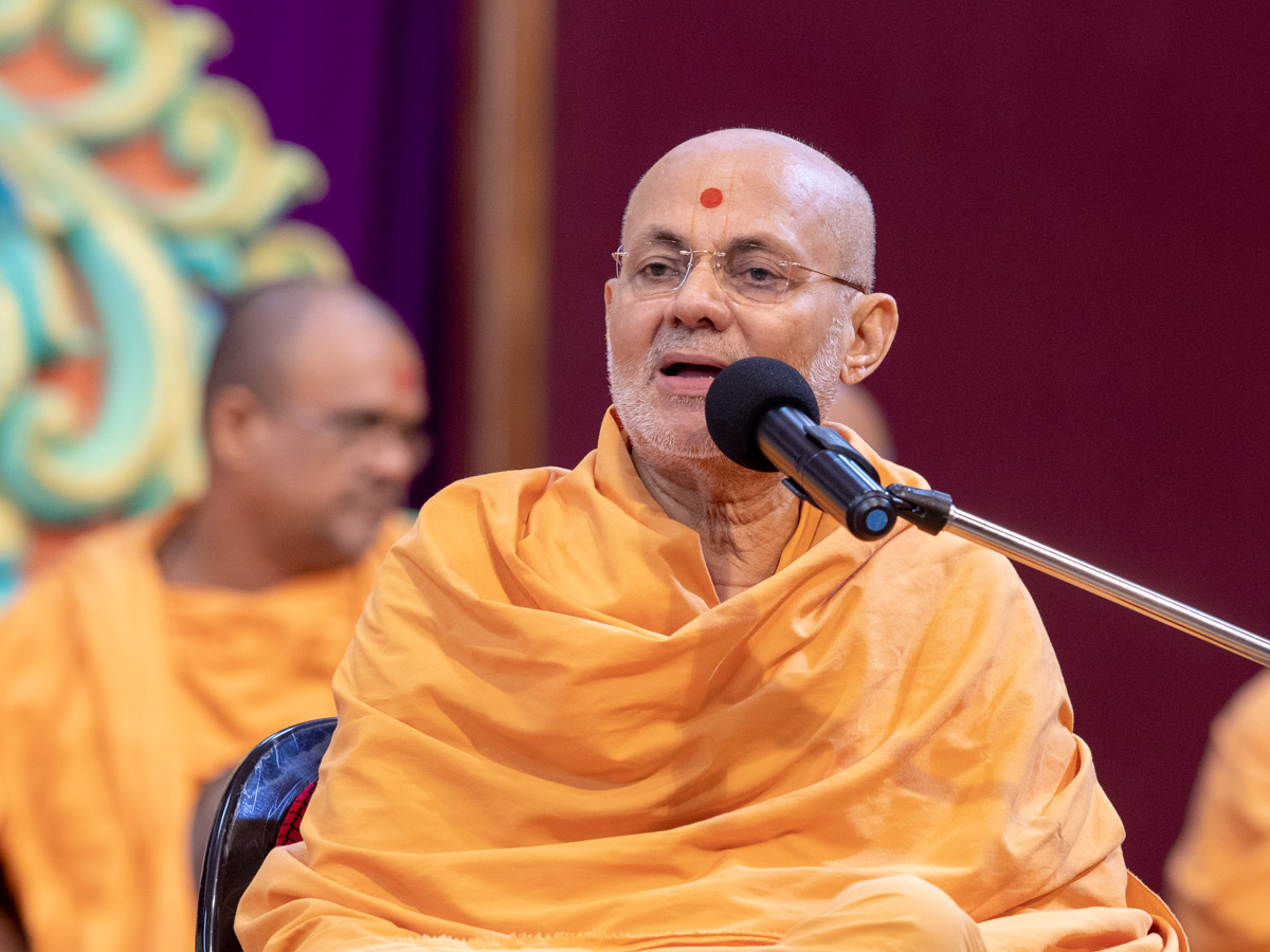 Pujya Viveksagar Swami addresses a shibir session