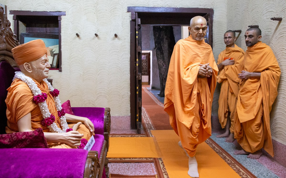 Swamishri performs pradakshina in the room of Brahmaswarup Yogiji Maharaj