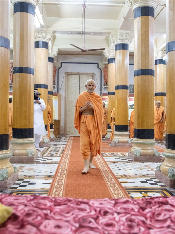 Swamishri arrives for darshan in the Rang Mandap