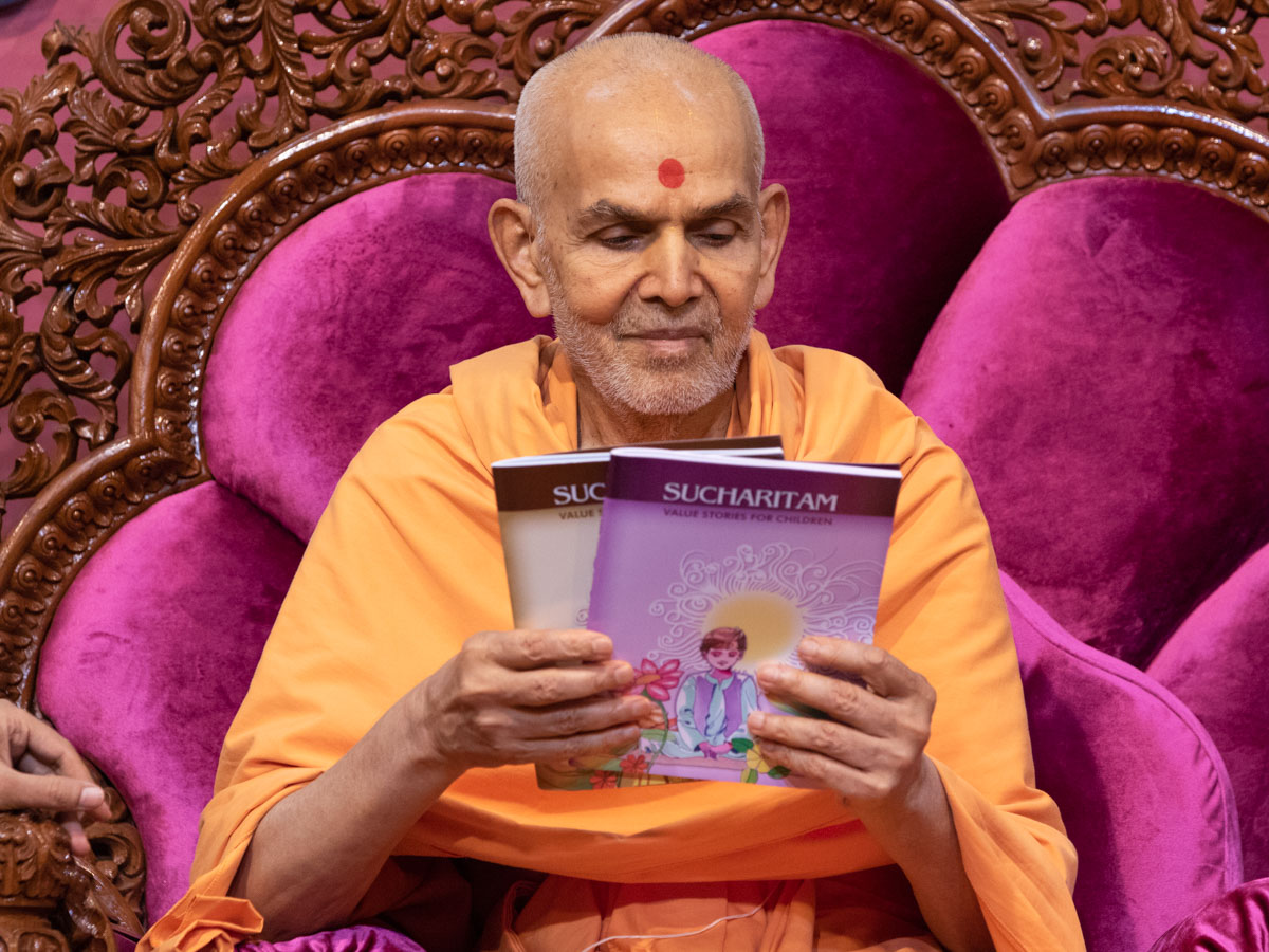 Swamishri inaugurates a new English print publication, 'Sucharitam'