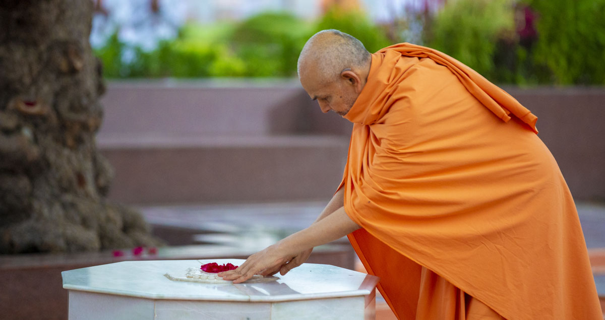 Swamishri engrossed in darshan at the holy charanarvind of Bhagwan Swaminarayan