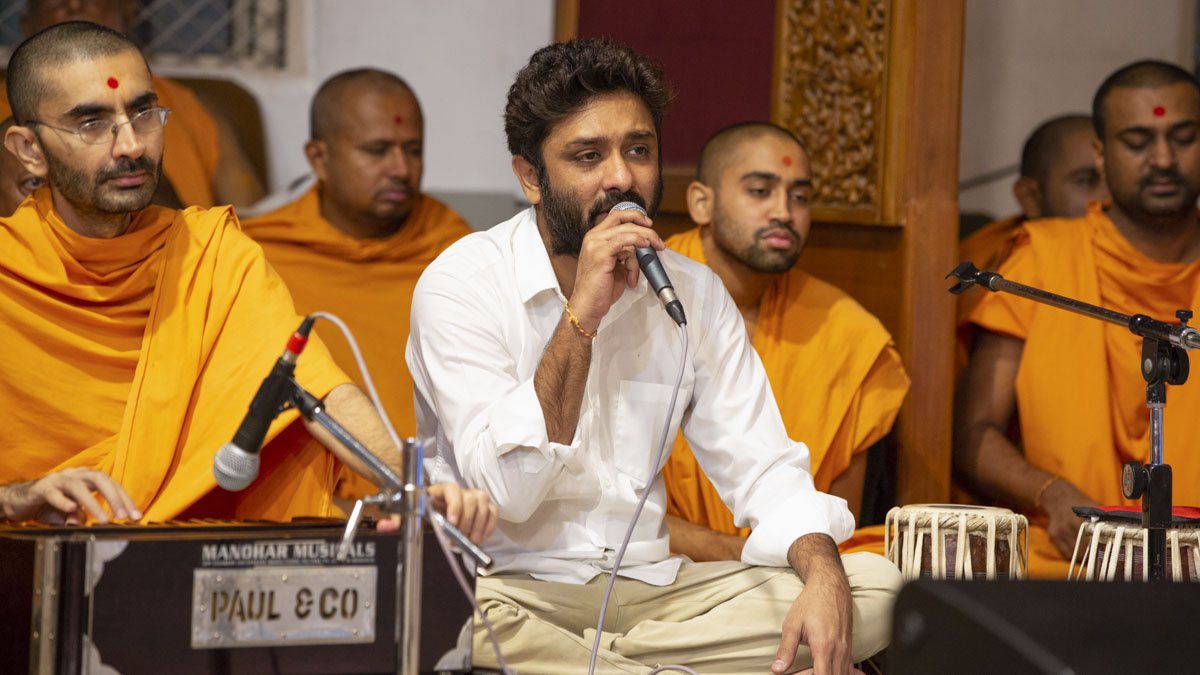 Amey Date sings kirtans in Swamishri's morning puja