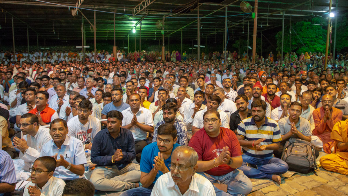 Devotees during the arti