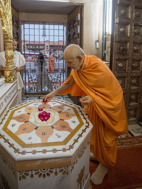 Swamishri engrossed in darshan at Shri Yagnapurush Smruti Mandir