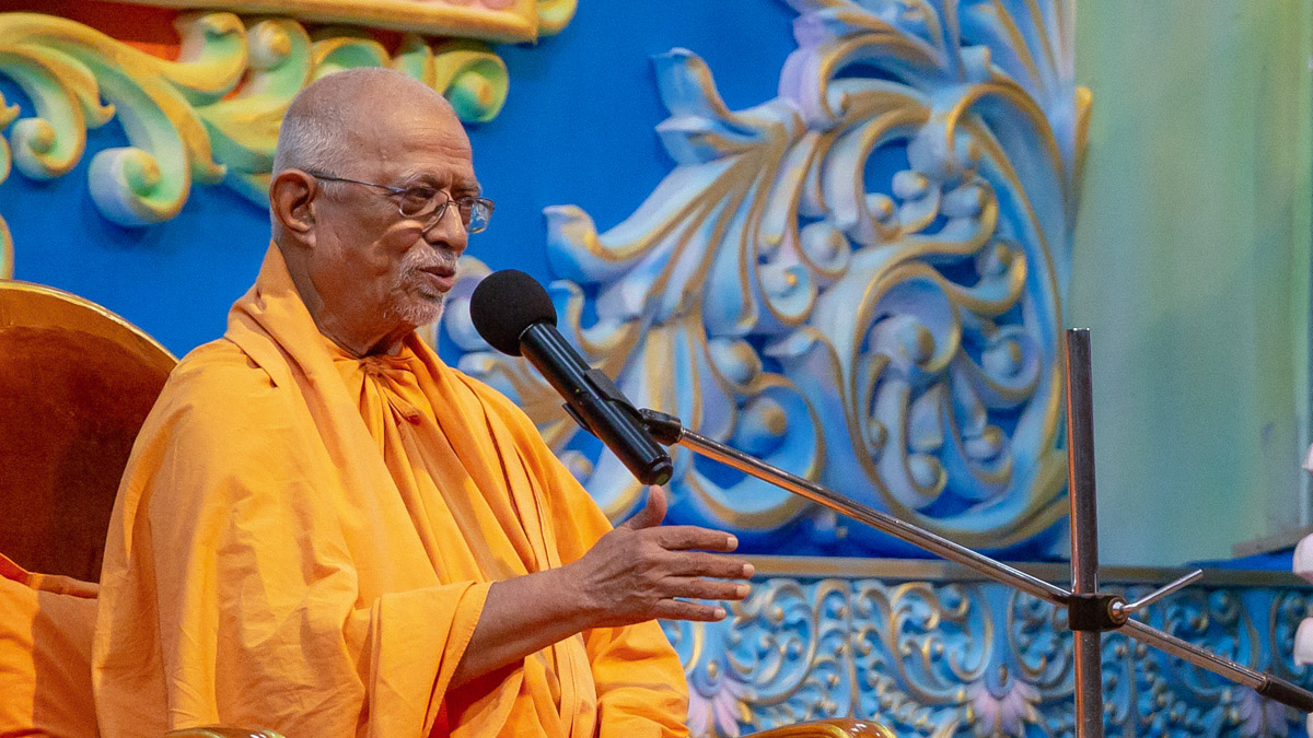 Pujya Swayamprakash Swami (Doctor Swami) addresses the evening satsang assembly