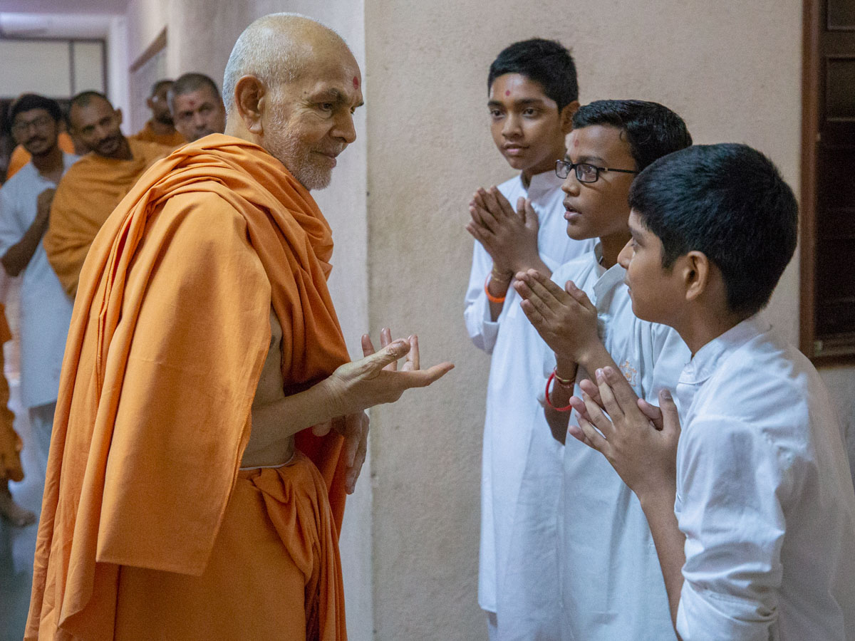 Swamishri converses with youths