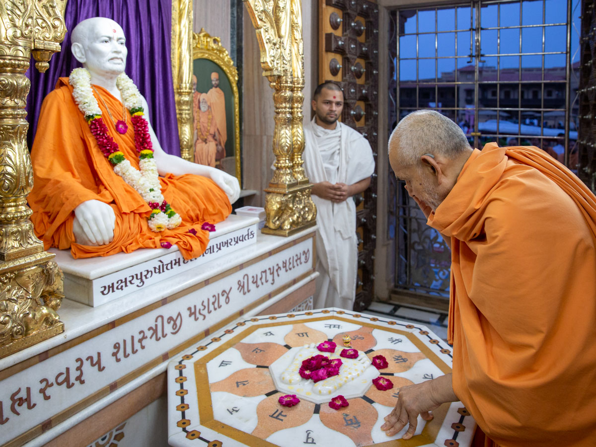 Swamishri engrossed in darshan at the Smruti Mandir