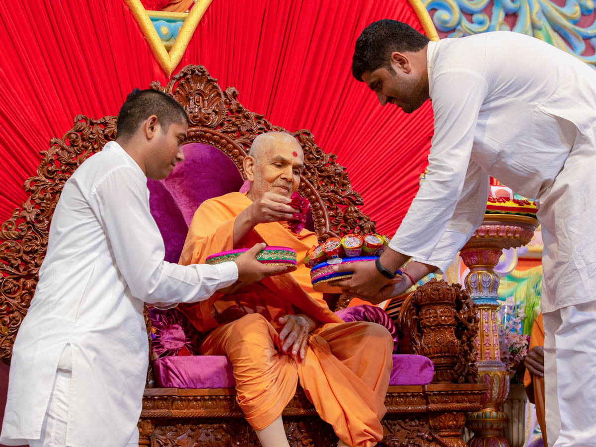 Swamishri sanctifies prasad for youths