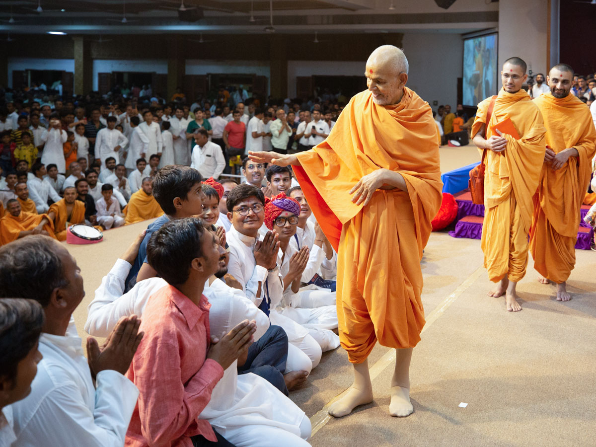 Swamishri blesses a child