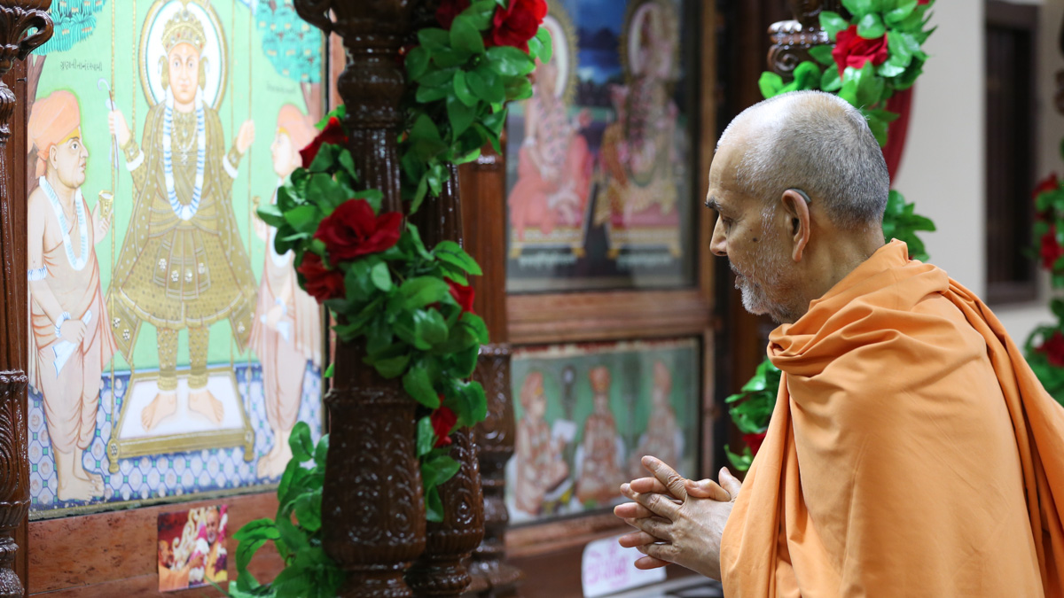 Swamishri engrossed in darshan of Thakorji in the sabha mandap