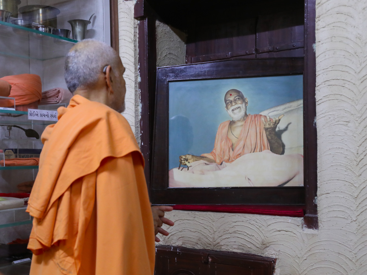 Swamishri doing darshan in the room of Brahmaswarup Yogiji Maharaj