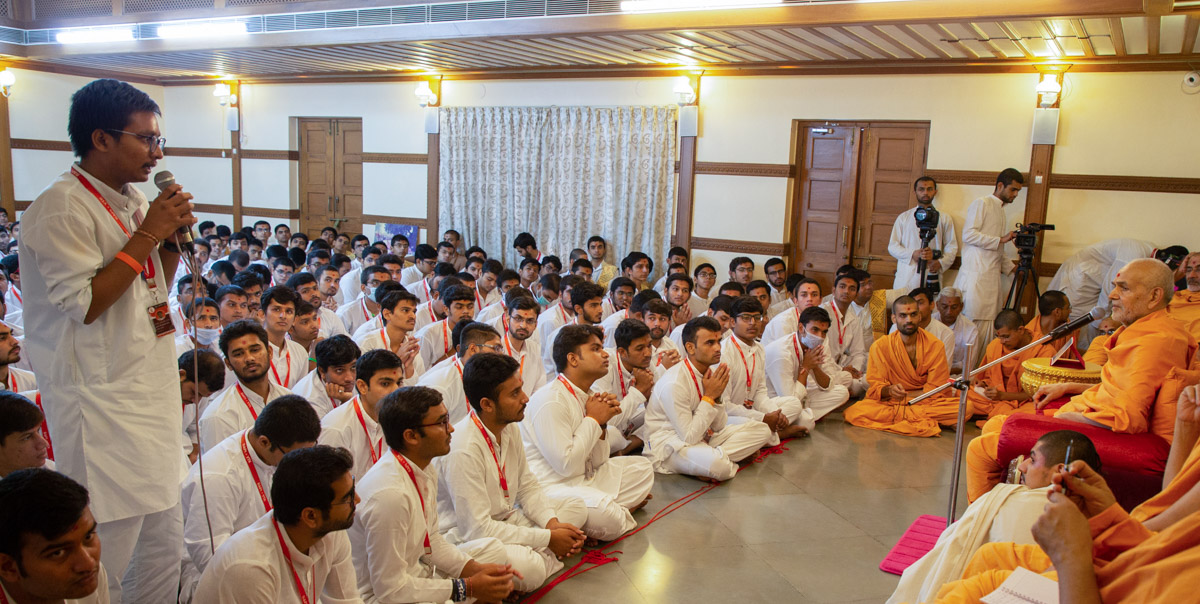 Yuva Talim Kendra youth presents before Swamishri