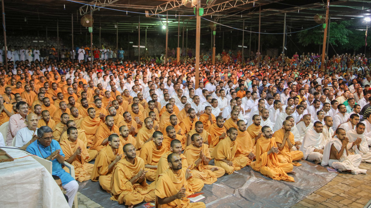 Sadhus, parshads, sadhaks and devotees during the evening arti