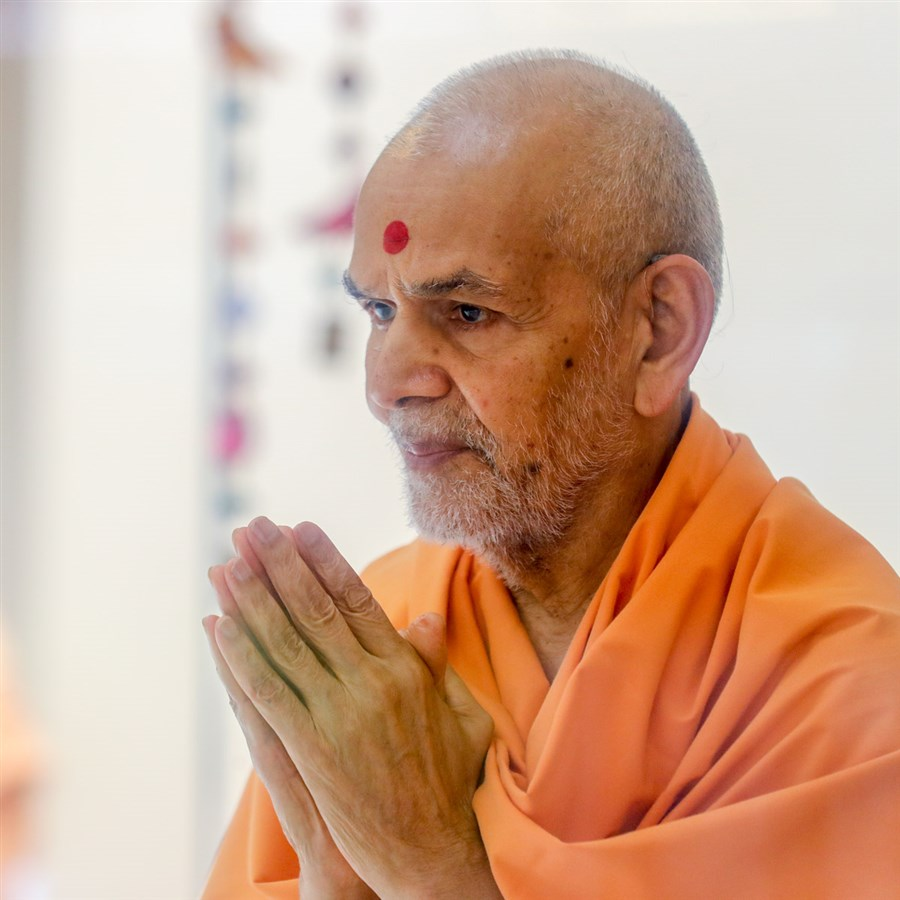 Swamishri greets devotees with 'Jai Swaminarayan' in the afternoon in the Pramukh Mandiram