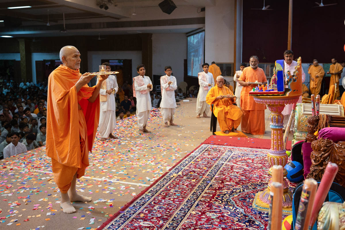Swamishri, Pujya Swayamprakash Swami (Doctor swami) and invited guests perform the evening arti