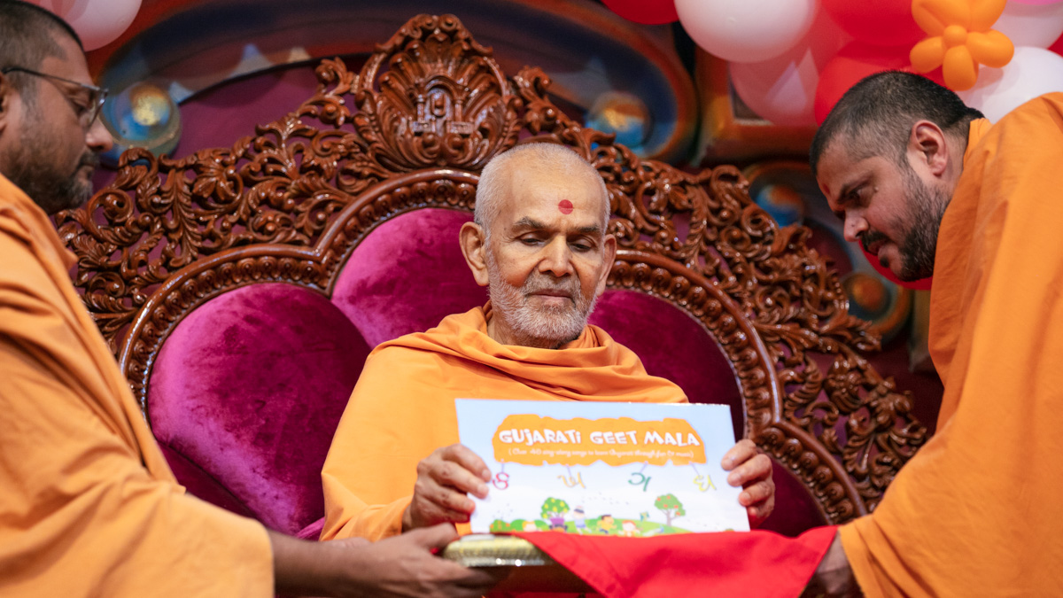 Swamishri inaugurates a new publication, 'Gujarati Geet Mala '