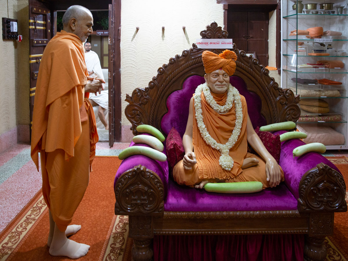 Swamishri engrossed in the darshan of Brahmaswarup Yogiji Maharaj