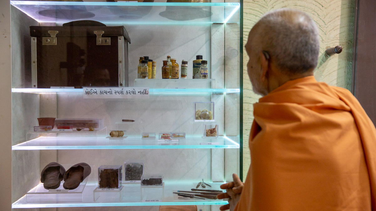 Swamishri doing darshan in the room of Brahmaswarup Shastriji Maharaj