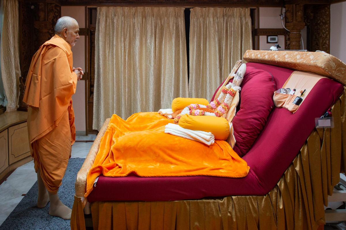 Param Pujya Mahant Swami Maharaj doing darshan in the room of Brahmaswarup Pramukh Swami Maharaj