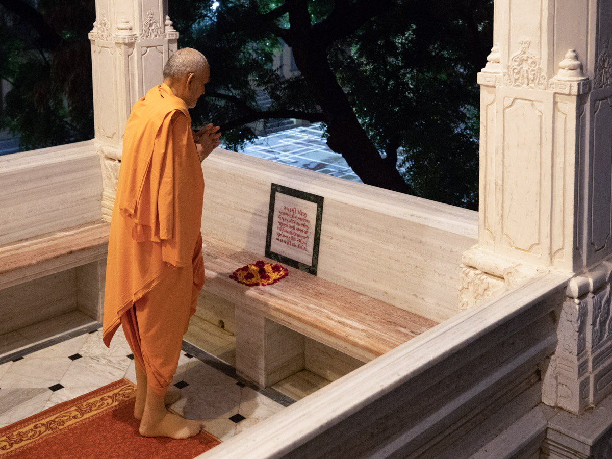 Swamishri doing darshan in the mandir pradakshina