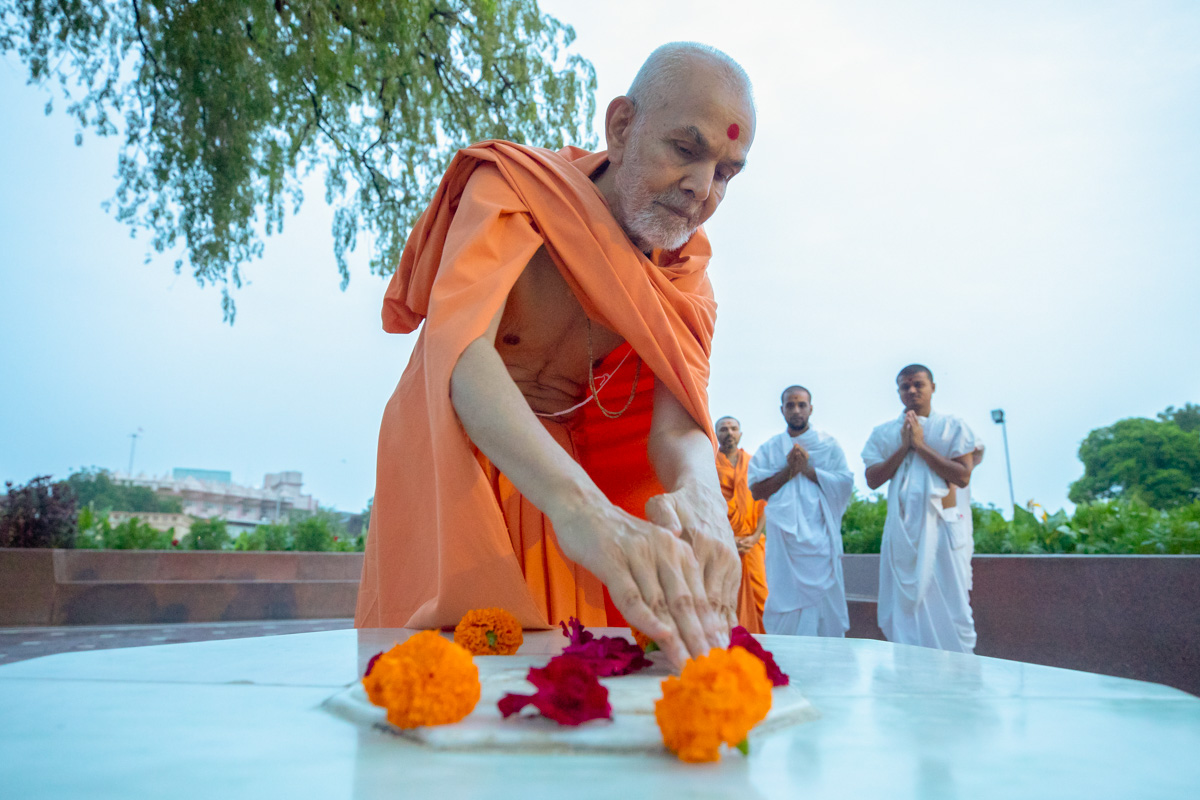 Swamishri reverentially touches holy charanarvind of Bhagwan Swaminarayan