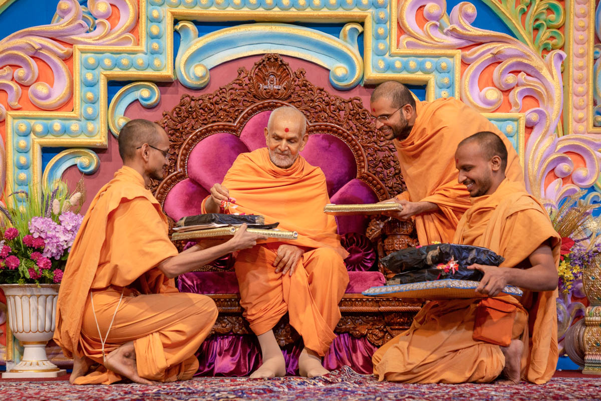 Swamishri sanctifies Satsang Exam papers