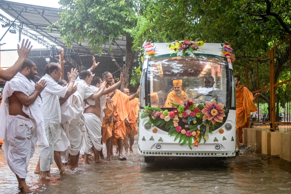 Swamishri on his way for darshan of Thakorji