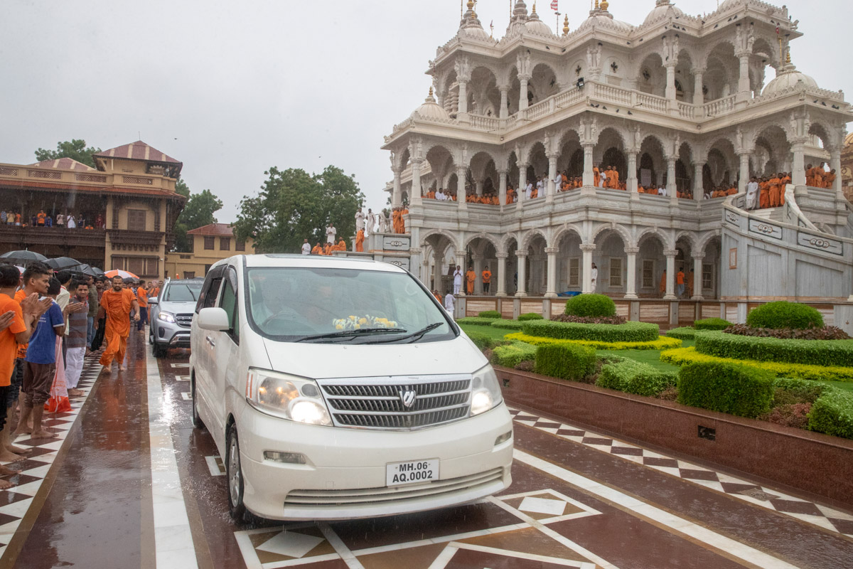 Swamishri departs from Sarangpur