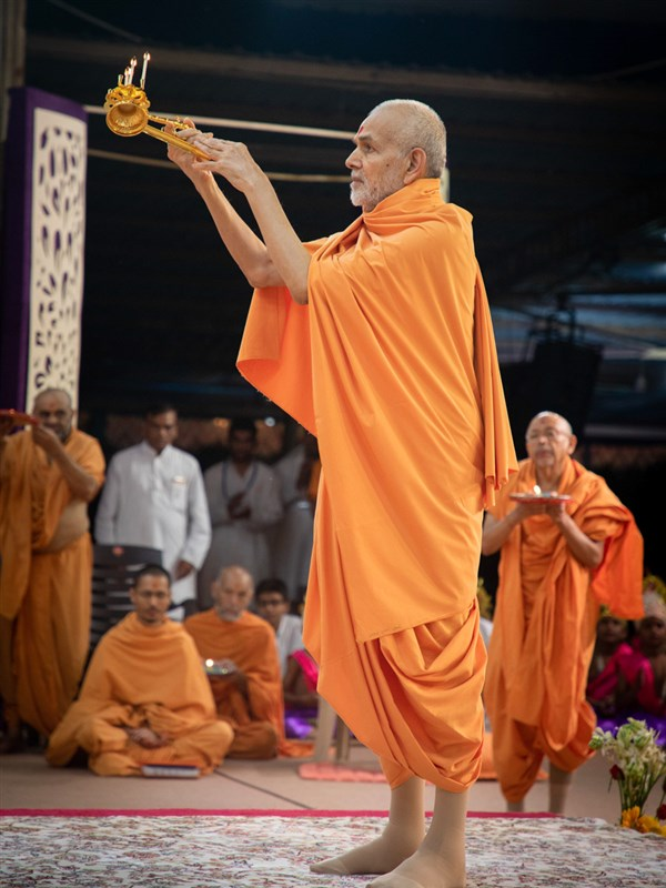Param Pujya Mahant Swami Maharaj performs the morning arti, Akshar Farm, Anand