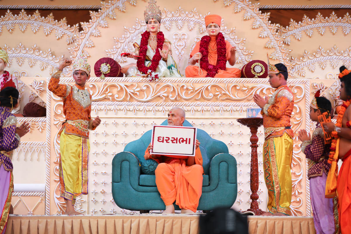 Swamishri participates in the activity