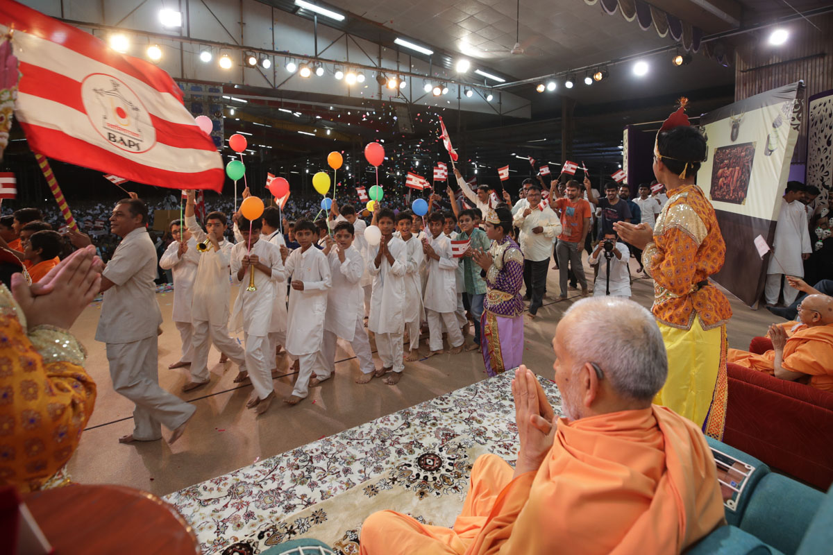 Children and devotees parade before Swamishri
