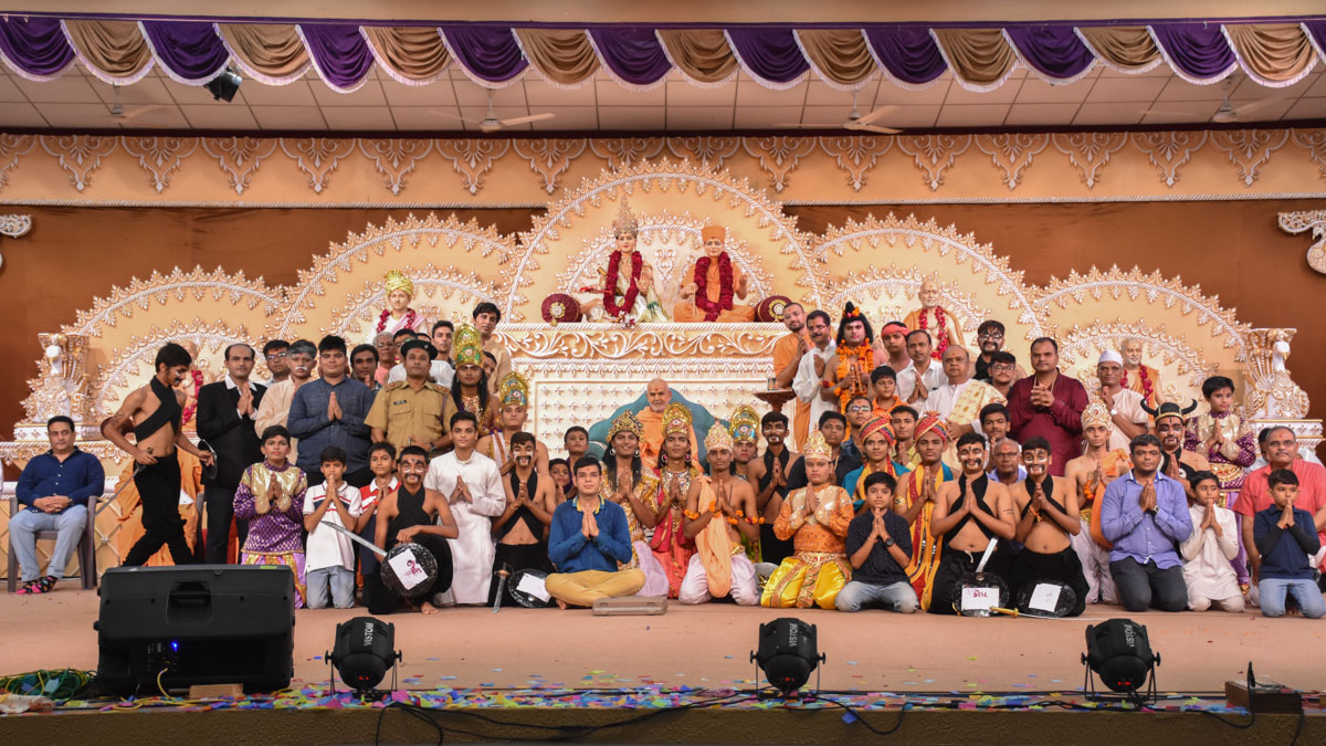 Youths and devotees with Swamishri