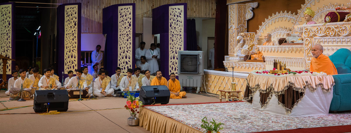 Youths sing kirtans in Swamishri's morning puja