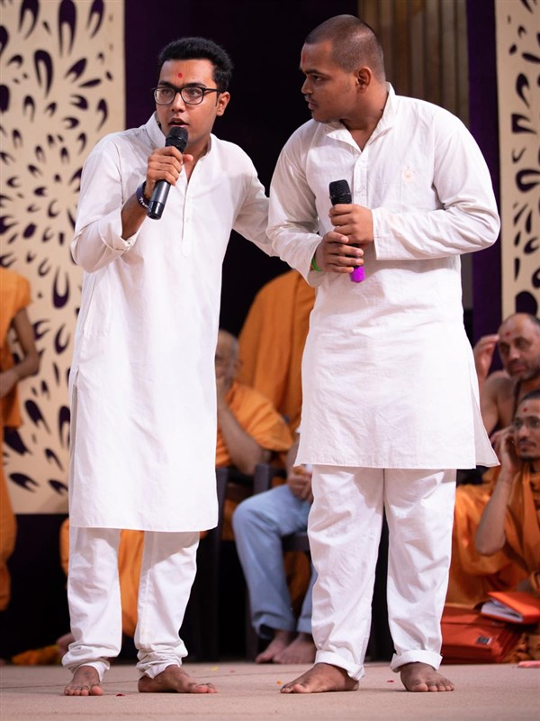 Youths perform before Swamishri