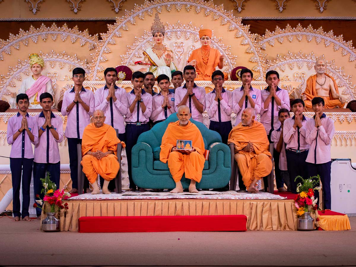 Students of Swaminarayan Vidyamandir, Bakrol, with Swamishri
