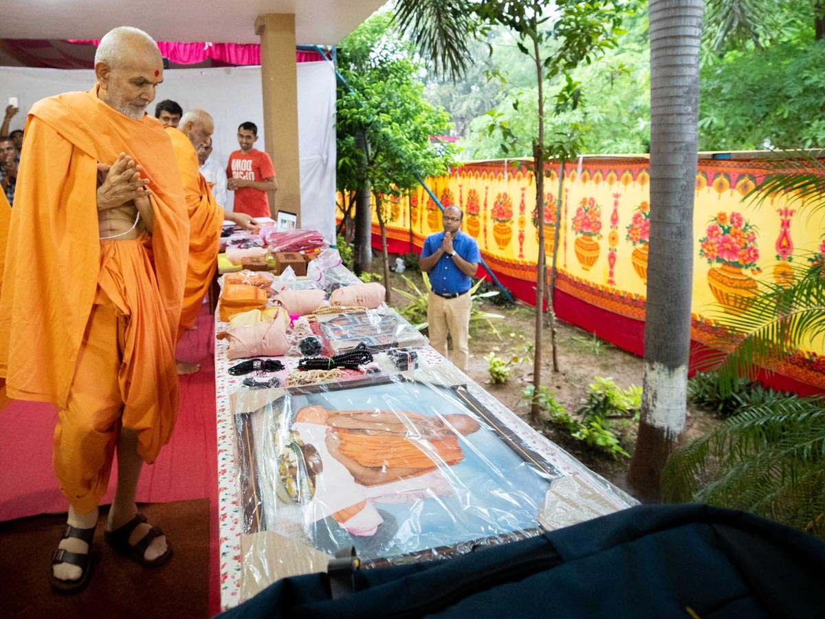 Swamishri sanctifies photos, pujas and malas