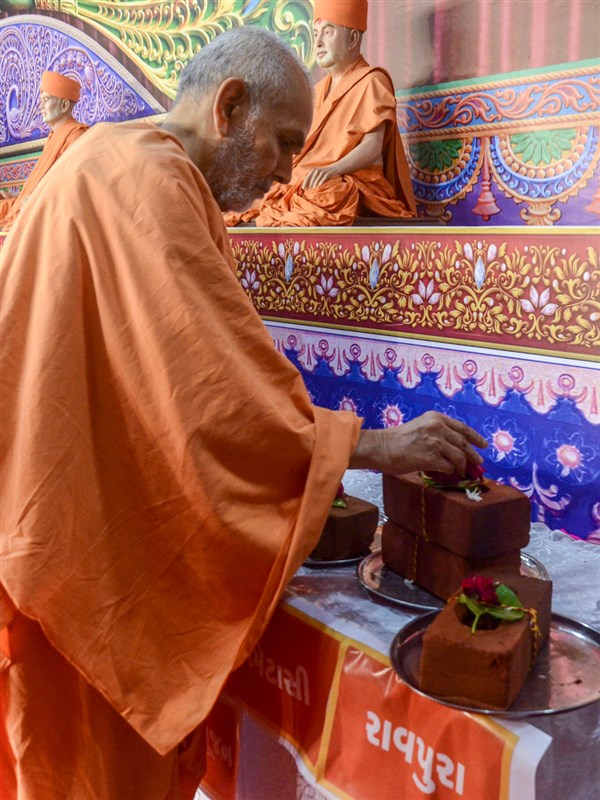 Swamishri sanctifies bricks for construction of new BAPS Mandirs