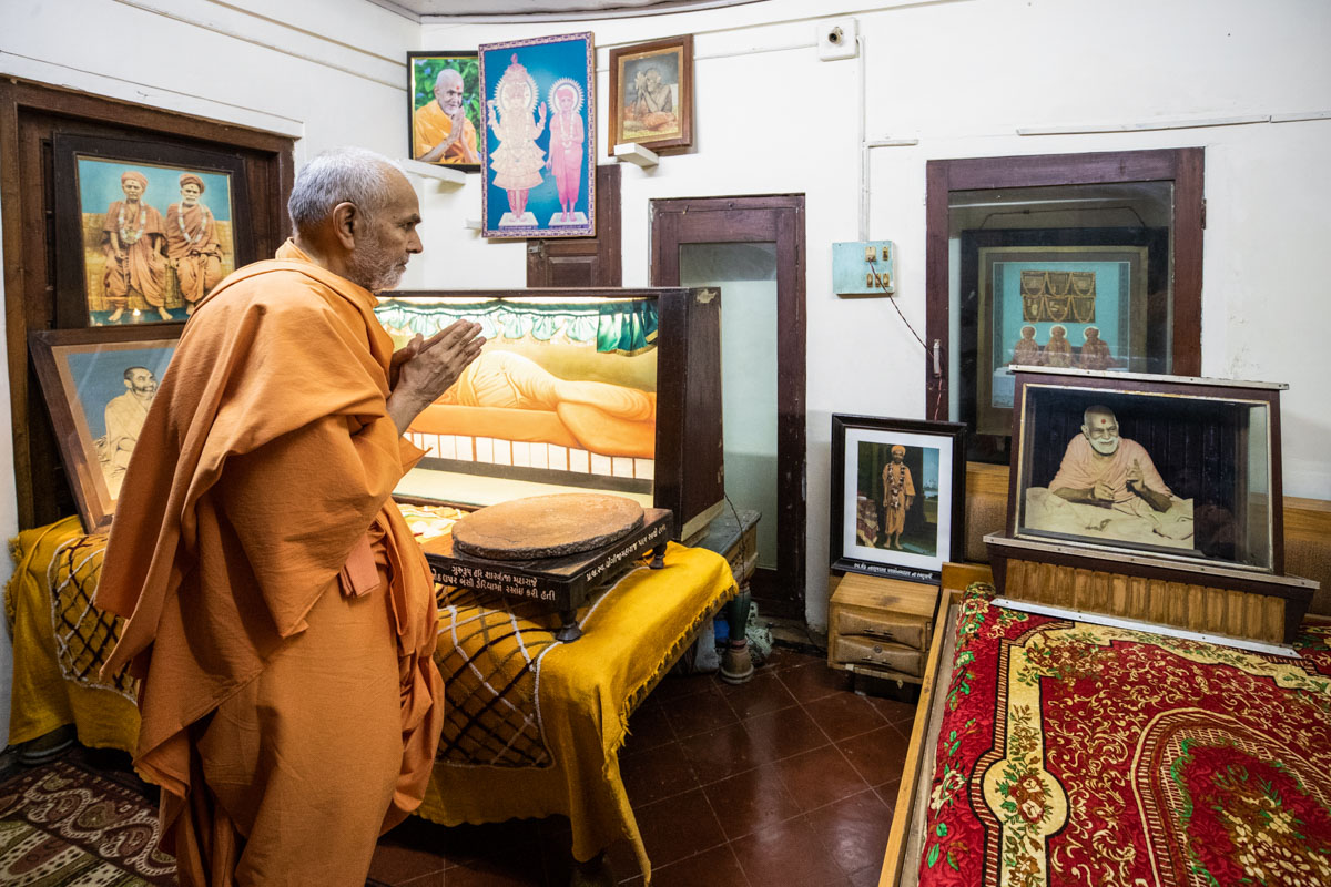 Swamishri doing darshan in the room of gurus Brahmaswarup Shastriji Maharaj, Yogiji Maharaj and Pramukh Swami Maharaj
