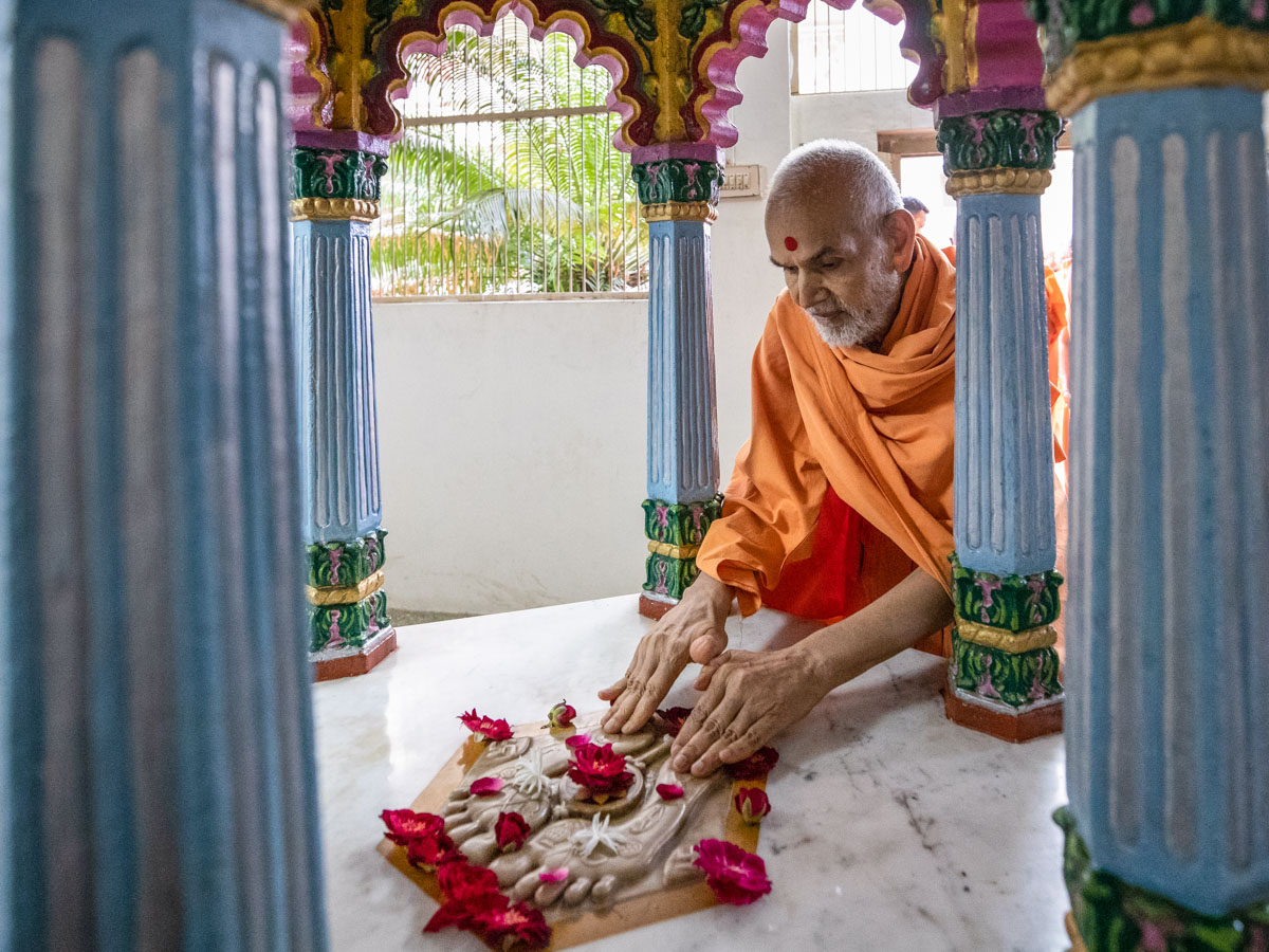 Swamishri visits shrine of Purushottamdas Swami (Khandeshi)