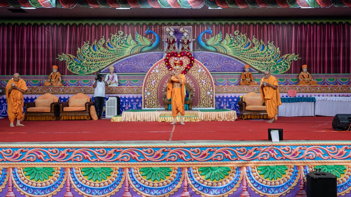Swamishri, Pujya Kothari Swami and Pujya Tyagvallabh Swami perform the evening arti